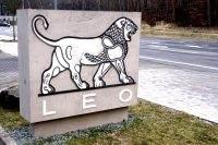Signaletik Pylon in Betonoptik Leo