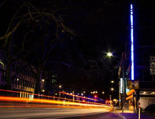 Illuminierte Gebäudekante